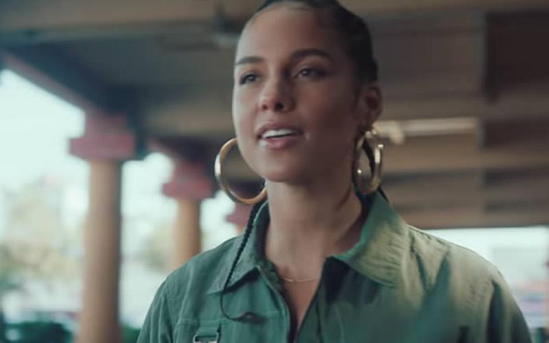 Photo of Alicia Keys homenajea a aquellos «por los que nadie apuesta» con «Underdog»
