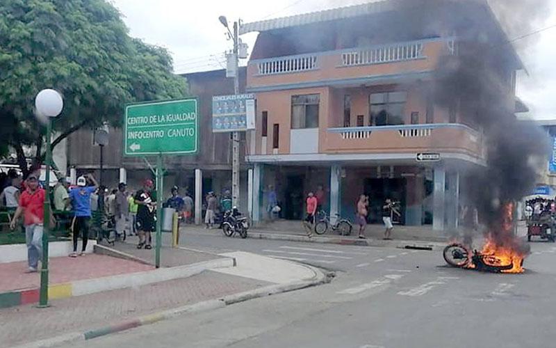 Photo of Dos sujetos se salvan de ser quemados por pobladores indignados en parroquia Canuto, en Manabí