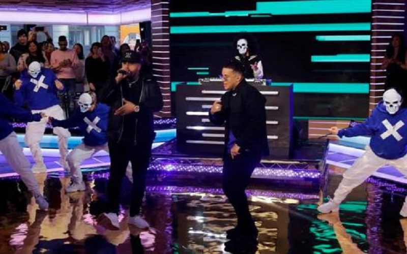 Photo of Daddy Yankee y Nicky Jam cantan en Times Square su nuevo éxito «Muévelo»