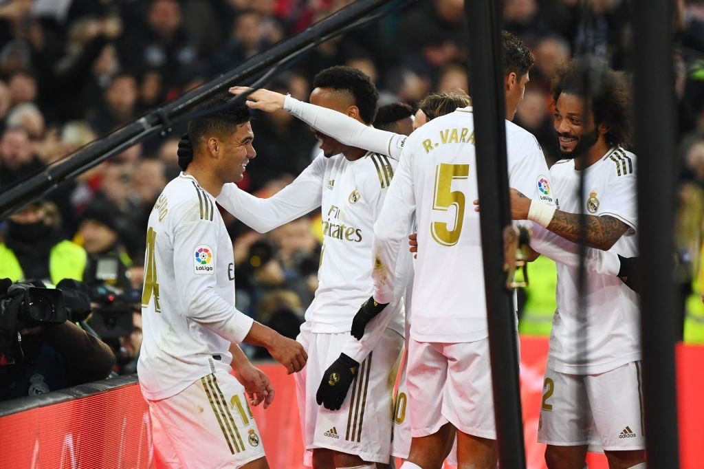Photo of Casemiro el Héroe en el Bernabéu:  Real Madrid derrotó 2-1 al Sevilla en La Liga y sigue en la cima