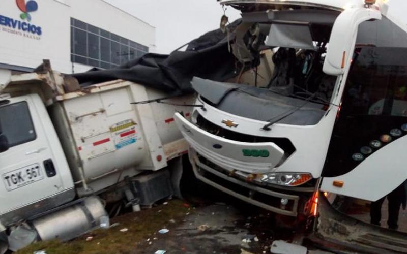 Photo of Accidente a las afueras de Bogotá deja dos muertos y 38 heridos