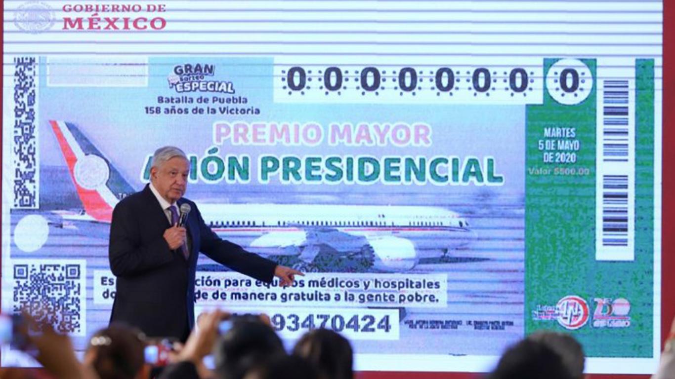 Photo of López Obrador muestra la papeleta de la posible rifa del avión presidencial
