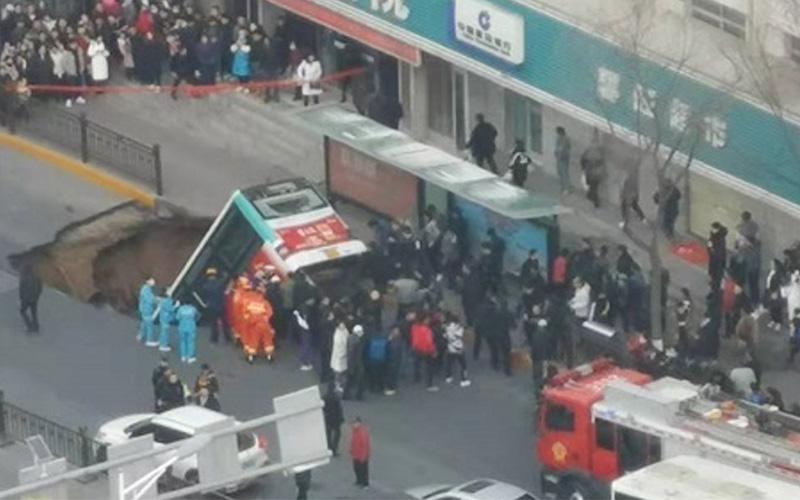 Photo of Autobús de pasajeros cae a socavón en China y deja al menos 6 muertos