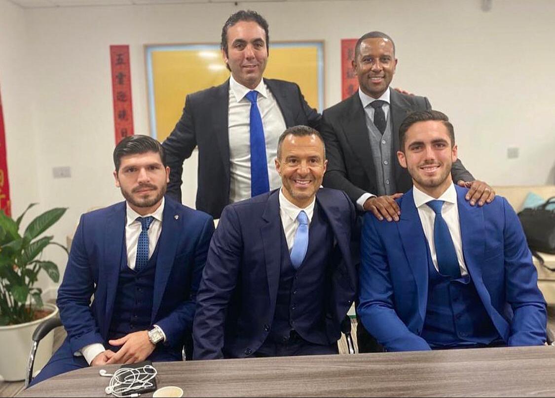 Photo of Leonardo Campana estampa su firma en el contrato que lo vincula por 3  años y medios al Wolverhampton