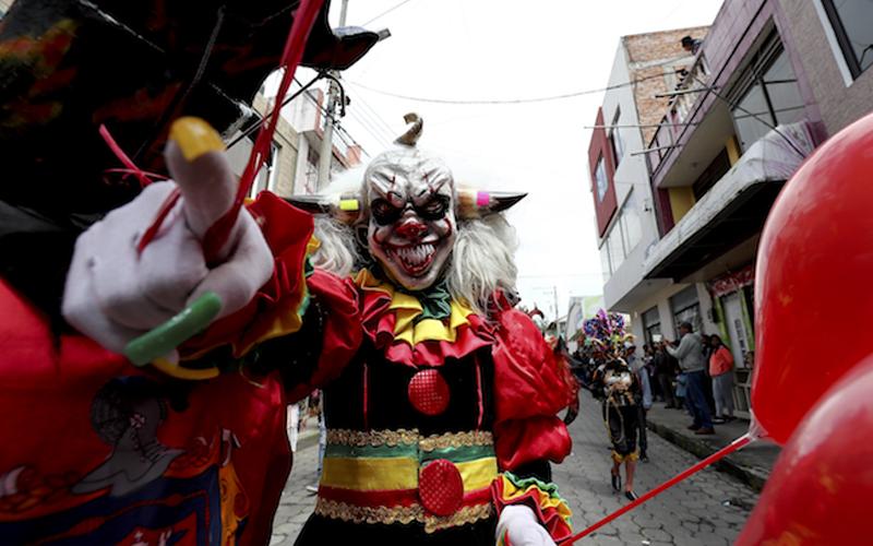 Photo of La cara del diablo que baila en Píllaro sale del papel, paciencia y tradición
