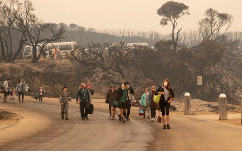 Photo of Miles de personas evacuadas por los incendios en Australia que amenazan con cortes eléctricos