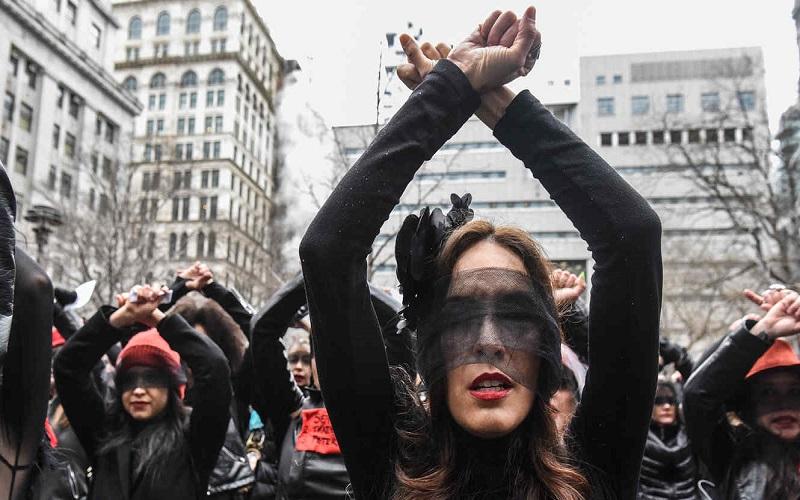 Photo of Mujeres cantan «Un violador en tu camino» frente al juzgado de Weinstein