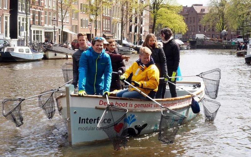 Photo of Pescar plásticos en barcos hechos con basura de canales de Ámsterdam