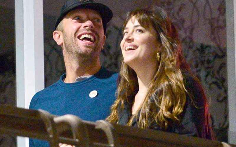 Photo of Dakota Johnson trabaja con su novio Chris Martin y dirige clip para Coldplay