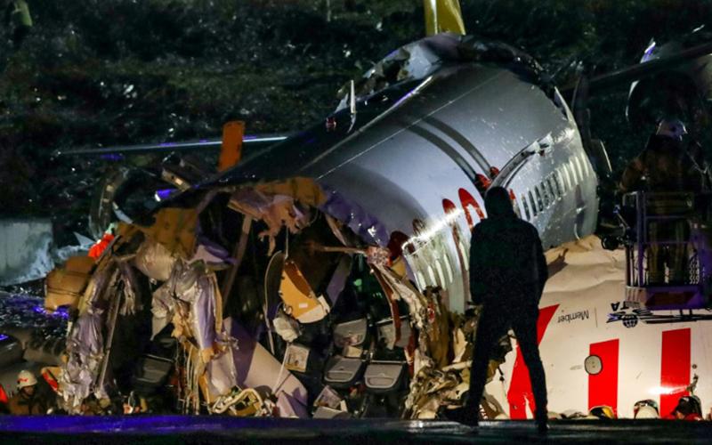 Photo of Un avión se sale de pista en Estambul al aterrizar y se parte en tres