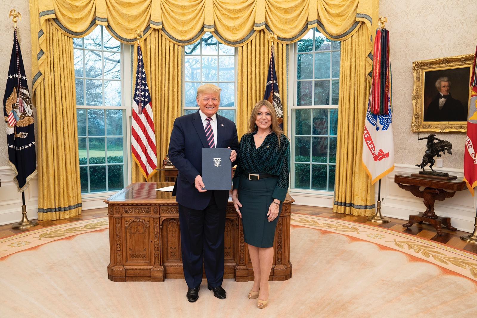 Photo of Ivonne Baki presentó sus credenciales ante Donald Trump en la Casa Blanca