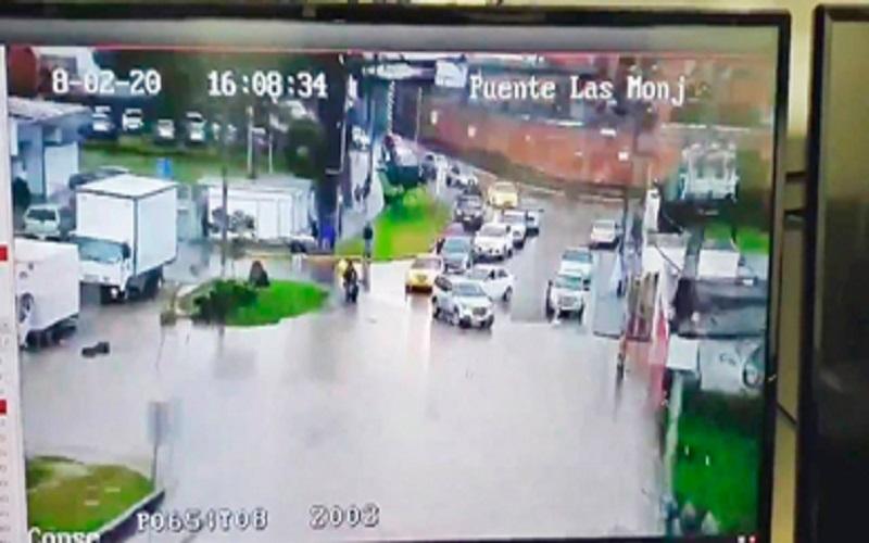 Photo of Tormenta eléctrica y fuerte lluvia anega varias calles de Cuenca