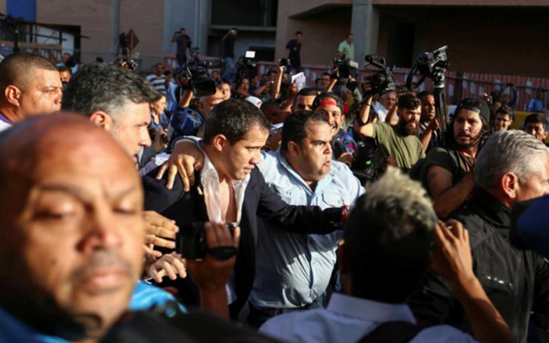 Photo of Juan Guaidó llegó a Venezuela tras gira internacional: Hordas chavistas lo agreden en Maiquetía