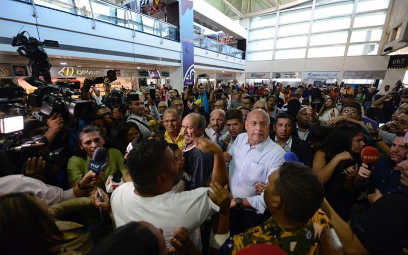 Photo of Militarizan aeropuerto internacional en Venezuela ante inminente llegada del presidente Guaidó