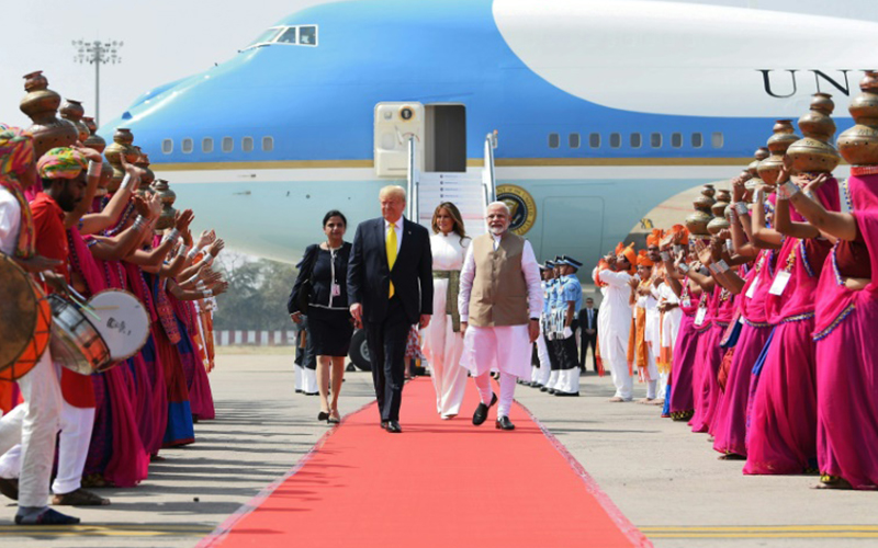 Photo of Trump se reúne con Modi en una multitudinaria visita a India