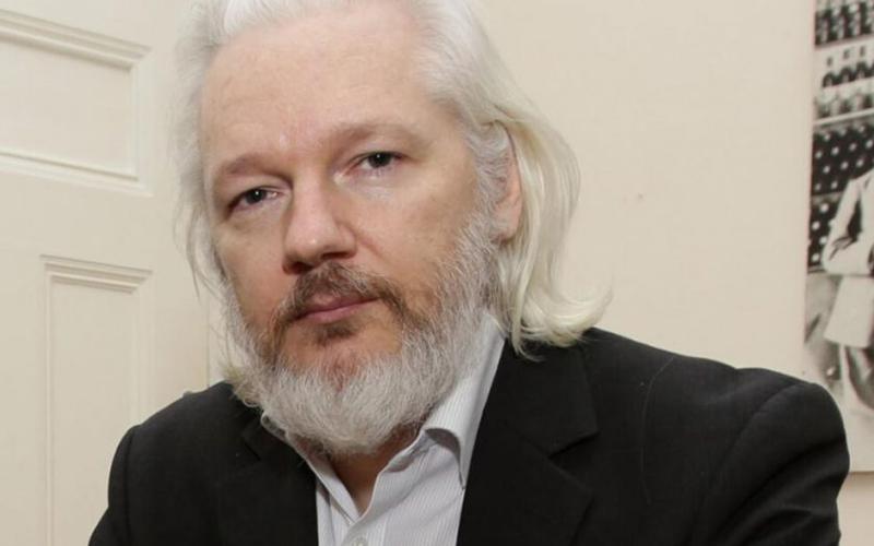 Photo of Assange comparece al inicio de su juicio de extradición a EEUU por espionaje