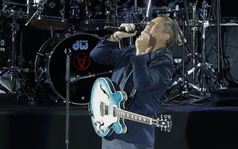 Photo of Alejandro Sanz emociona en mitad del mundo con su primer concierto en 7 años