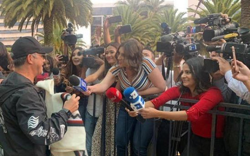 Photo of Alejandro Sanz conmemora Día Internacional de la Mujer a su llegada a Quito
