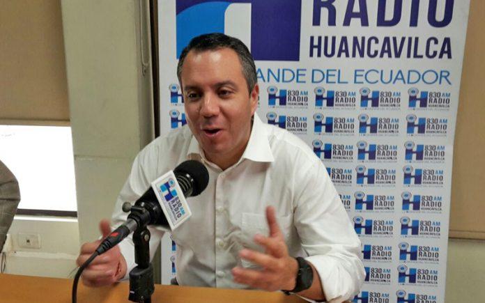 Guillermo Celi asambleísta por SUMA en los estudios de Radio Huancavilca. Imagen referencial. fronteras
