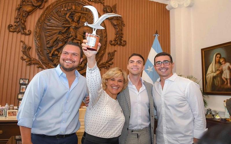 Photo of [AUDIO Y VÍDEO] La alcaldesaCynthia Viterientregó un reconocimiento al artista guayaquileñoJohann Vera