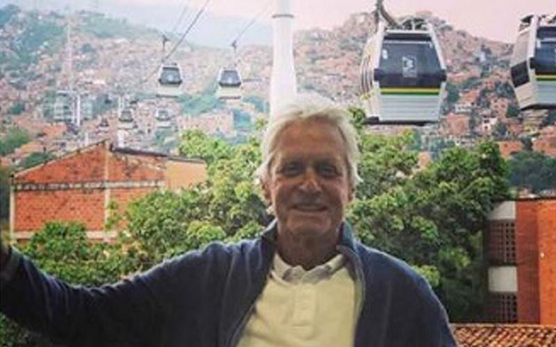 Photo of El actor Michael Douglas se pasea por las calles de Medellín