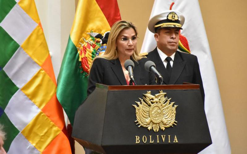 Photo of Presidenta de Bolivia destituye al ministro de defensa