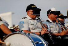 Photo of Una banda musical de la Policía guatemalteca da «ánimo» en el toque de queda