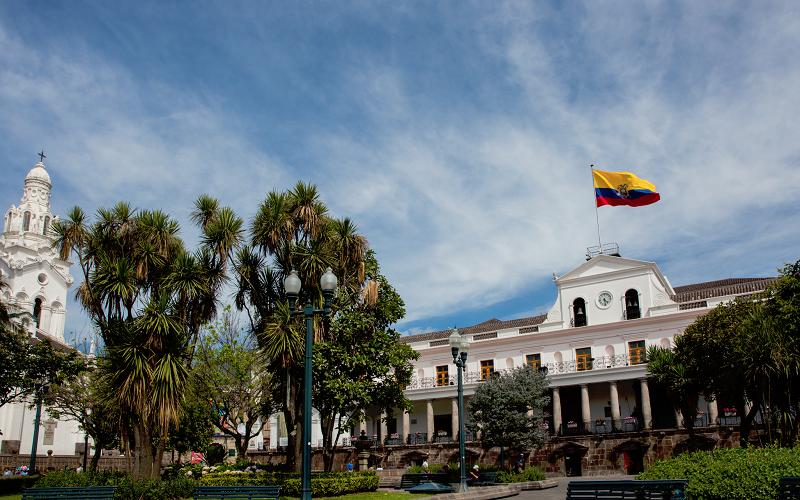 Photo of Ecuador suspende vuelos de pasajeros desde el exterior hasta el 5 de abril