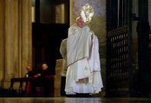 Photo of El papa bendice al mundo en soledad por el coronavirus