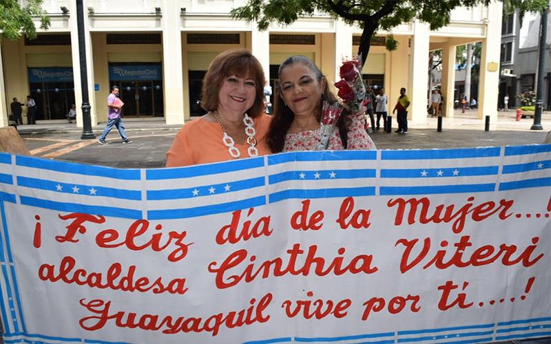 Photo of CCPDIG entregó flores a mujeres guayaquileñas