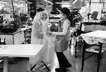Photo of Armani deja la moda y fabrica batas para ayudar a médicos