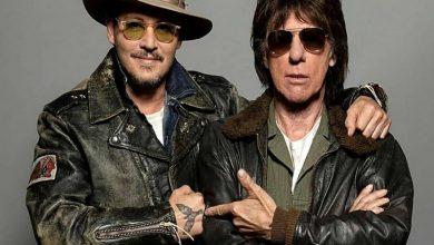 Photo of Johnny Deep y Jeff Beck versionan a John Lennon en «Isolation»