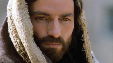 """Photo of La increíble historia de Jim Caviezel: El actor que """"crucificó"""" su carrera en Hollywood por interpretar a Jesucristo"""