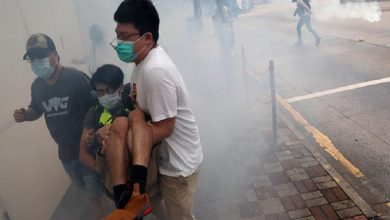 Photo of Miles de manifestantes chocan con la policía en Hong Kong