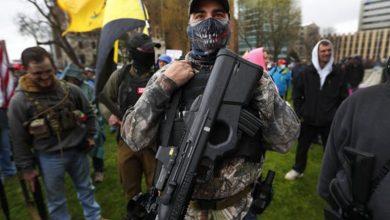 Photo of Manifestantes armados ingresan al legislativo de Michigan para exigir fin de confinamiento