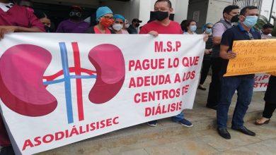 Photo of En Guayaquil, personal de centros de diálisis reclama pago al Ministerio de Salud