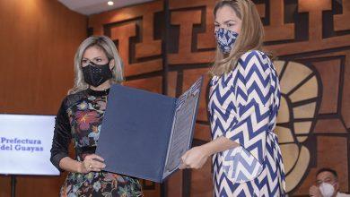Photo of Prefecta Susana González condecoró a Gabriela Pacheco y la nombró embajadora de Guayas