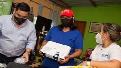 Photo of La maestra Carolina Espinoza seguirá recorriendo las calles de Playas por la educación de los niños con Epson