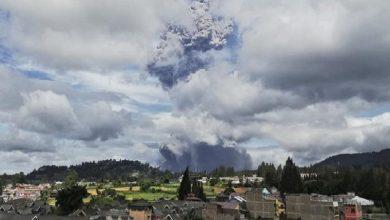 Photo of Volcán hace erupción en Indonesia y desprende enorme nube de ceniza