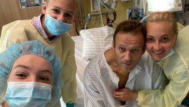 Photo of Alexei Navalny se muestra en redes sociales y dice estar mejor