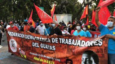 Photo of Manifestantes recorren este 22 de octubre del 2020 la avenida 9 de Octubre de Guayaquil
