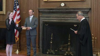 Photo of Barrett prestó juramento en la corte mientras le aguardan asuntos importantes para Trump