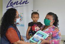 Photo of Madres guayaquileñas reciben tablets y beneficios sociales