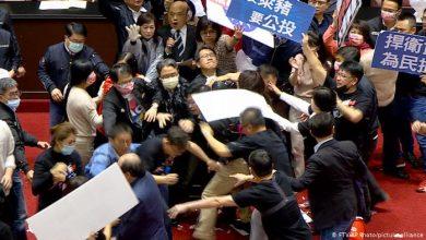 Photo of Taiwaneses lanzan vísceras de cerdo en plena sesión del Parlamento