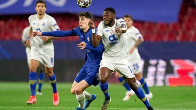 Pulisic intentando eludir la marca férrea del jugador de Porto